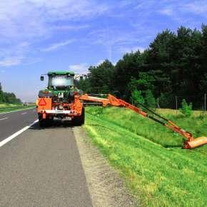 Pomarańczowa kosiarka bijakowa do skarp i rowów firmy Samasz model Camel 900 kosi pobocze drogi oraz rów