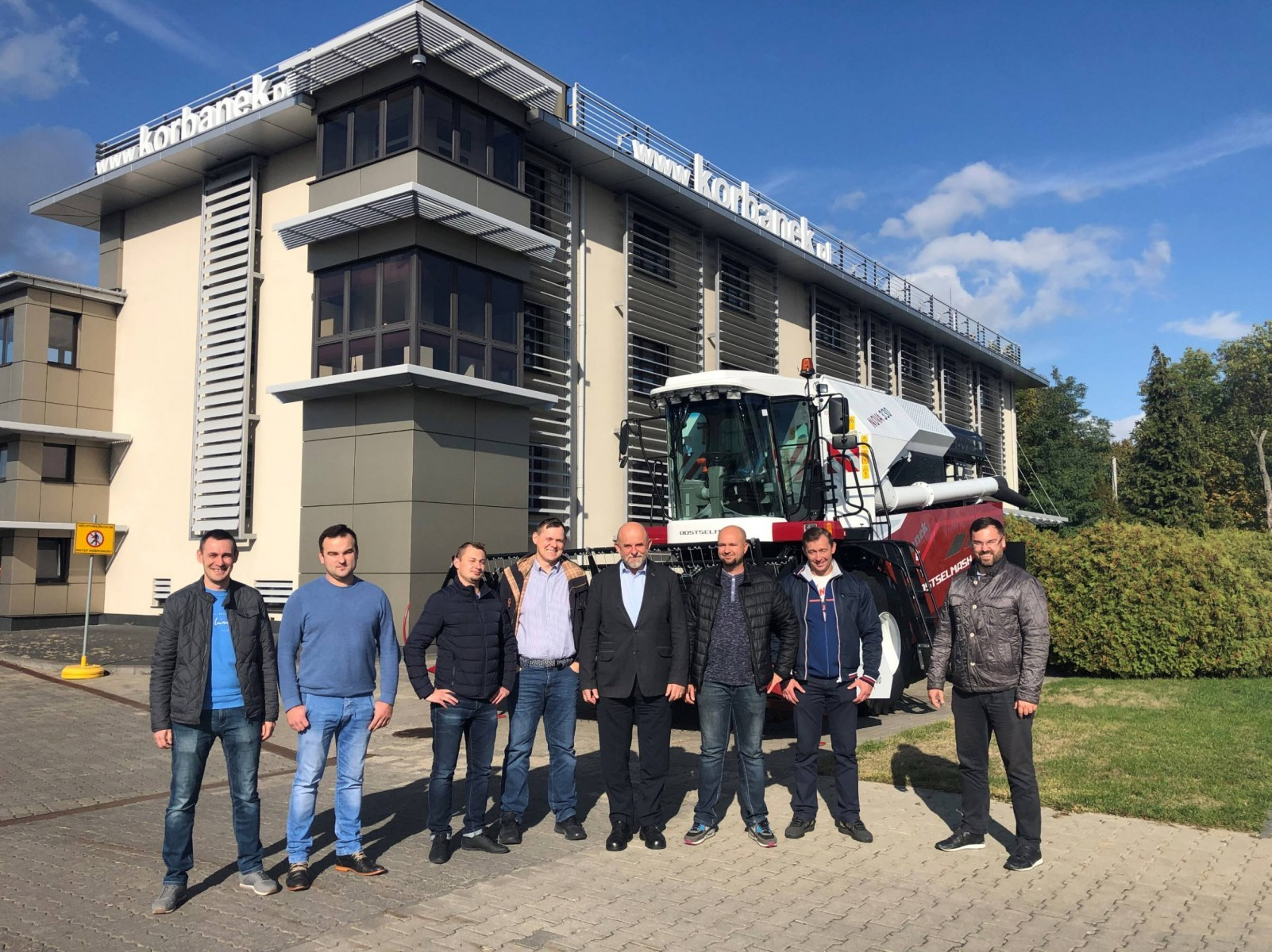 Tapeta zespół sprzedaży maszyn i części w filii Wierzchowiska w Centrali Korbanek www.korbanek.pl