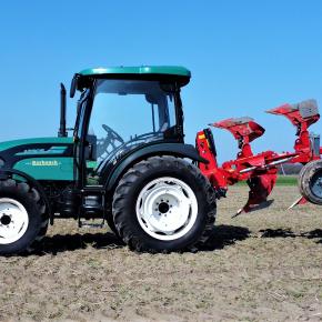 Traktor Arbos 3075 z zaczepionym pługiem Ibis na polu