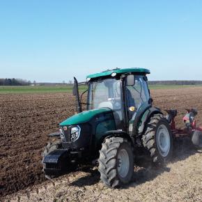 Traktor Arbos 3075 w trakcie orki jadący bruzdą