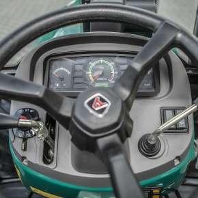 Kierownica z deską rozdzielczą w ciągniku Arbos 2035