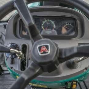Kierownica i poręczna deska rozdzielcza w traktorze Arbos 2025