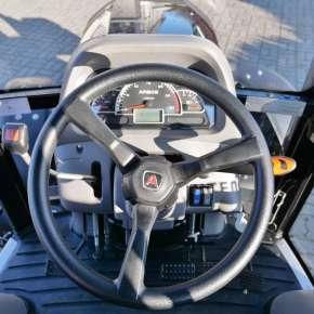 Kierownica oraz panel informacyjny w ciągniku komunalnym Arbos 3055