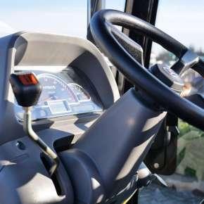 Prosty mechaniczny rewers i bezawaryjna skrzynia w ciągniku Arbos 3055 Black Limited