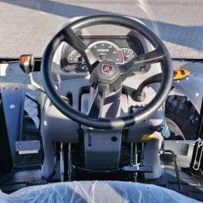 Przestronne i Komfortowa wnętrze traktora rolniczego w ciągniku serii P3000