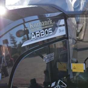 Boczna maska w ciągniku Arbos 3055 Czarna Edycja Legendy