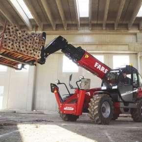 Ładowarka Faresin Big 14.42 w hali transportuje paletę