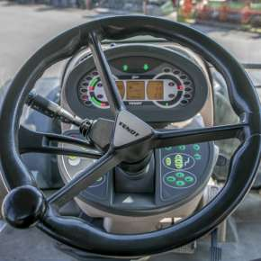 Kierownica oraz poręczne oprzyrządowanie naokoło w Fendt 900 Vario S4