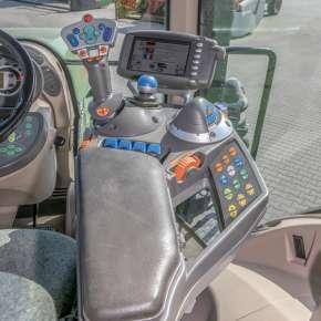 Podłokietnik i wielofunkcyjny joystick w Fendt 900 Vario S4