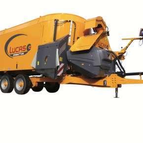 Wóz paszowy Lucas Spirmix 240, wyposażony w przenośnik taśmowy oraz rurę do ścielenia słomy Jet