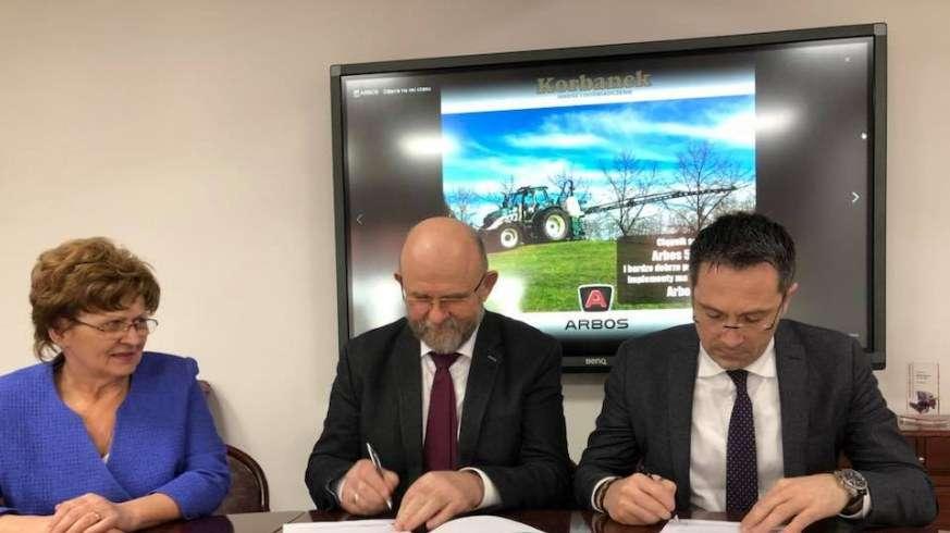 Podpisywanie umowy wspolpracy miedzy spolka Korbanek a Arbos