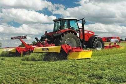 praca w polu z kosiarka dyskowa fella podczepiona pod traktor massey ferguson
