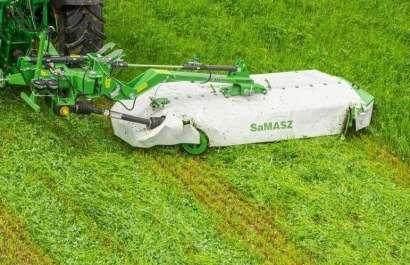 Kosiarka Samasz podczas pracy, kosi trawę na łące