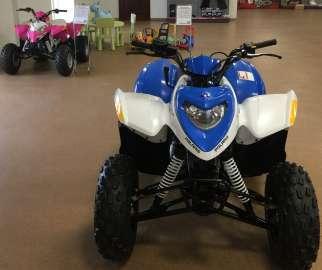 Pojazd dla dzieci koloru niebieskiego z flagą rajdową