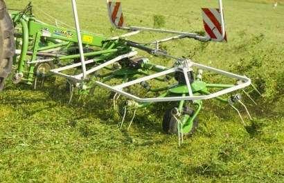 Przetrząsacz Samasz podczas pracy, przetrząsa trawę na łące