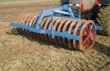 Wał uprawowy firmy Mandam zdjęcie na tle pola