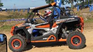 RZR Turbo Polaris napęd quad 2x4 4x4 atv felgi aluminiowe klatka ochronna pasy bezpieczeństwa kolor pomarańczowy wspomaganie kierownicy EPS 168 KM światła ledowe przód zawieszenie Walker Ewans