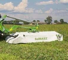 Tylna kosiarka dyskowa KDTC firmy Samasz podczas koszenia trawy na łące
