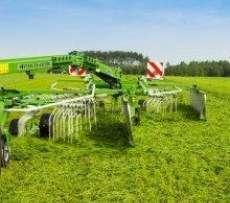 Zgrabiarka dwugwiazdowa zaczepiana DUO firmy Samasz zgrabia na łące trawę Korbanek.pl