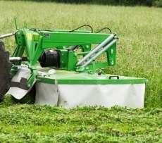 Kosiarka czołowa bębnowa seria KBF firmy Samasz podczas koszenia trawy