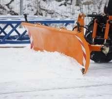 Pomarańczowy czołowy pług spychacz do śniegu Smart firmy samasz odśnieża chodnik Korbanek.pl