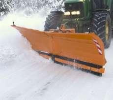 Spychacz do śniegu Alps firmy Samasz pług do odśnieżania zaczepiony na zielonym ciągniku odśnieża drogę