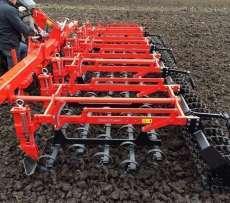 W pracy polowej widać agregat uprawowy do uprawy przedsiewnej pola agregatu TETRA marki Gregoire Besson