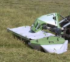 TORO - kosiarka dyskowa czołowa Samasz podczas koszenia trawy na pastwisku