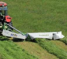 Kosiarka dyskowa zawieszana tylna seria KDT firmy Samasz podczas koszenia trawy ma łace