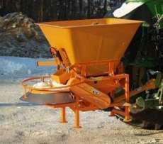 SAND posypywarki talerzowe piaski i soli firmy Samasz maszyna podczas pracy na drodze Korbanek.pl
