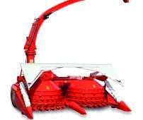 Czerwona sieczkarnia kemper zaczepiana do traktora