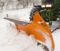 Pług i spychacze do śniegu STORM firmy Samasz. Maszyna ta pracuje z ciągnikiem przy odśnieżaniu drogi Korbanek.pl