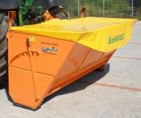 Pomarańczowe posypywarki piaski i soli Sahara są produkowane przez Samasz Korbanek.pl
