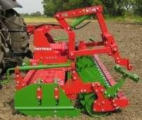 W pracy polowej agregat aktywny brona wirnikowa Hermes zagregatowana z ciągnikiem rolniczym firmy Unia