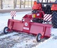 Czerwony tylny pług spychacz do śniegu T017 firmy Hydramet zaczepiony do czerwonego ciągnika korbanek.pl