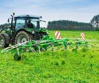 Zielony przetrząsacz zawieszany Samasz model P6 podczas pracy - przetrząsa trawę