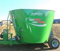 Zielony wóz paszowy model UNO firmy Samasz zdjęcie na polu