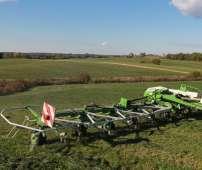 Przetrząsacz do trawy Samasz model P10 przygotowany do pracy na łące