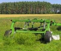 Kosiarka dyskowa ciągniona SAMASZ typ KDC podczas koszenia trawy na pastwisku