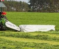 Kosiarka dyskowa do trawy tylna zawieszana firmy Samasz seria Samba podczas koszenia trawy na łące
