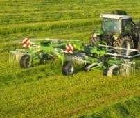 Zgrabiarki 2-karuzelowe do trawy i siana Z2 produkowana przez Samasz pracuje ma łące Korbanek.pl