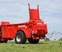 Rozrzutnik obornika podczas prac polowych firmy Jeantil typ EVR
