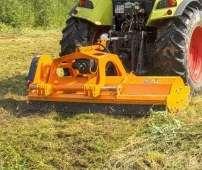 Pomarańczowa kosiarka bijakowa GRINO firmy Samasz podczas wykaszania nieużytków