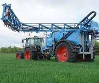 Niebieski opryskiwacz polowy zaczepiany firmy lemken typ Albatros pracujący na polu z ciągnikiem rolniczym Korbanek.pl