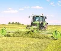 TWIST czołowa zgrabiarka do trawy Samasz pracuje razem z zielonym traktorem na łące Korbanek.pl