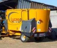 Wóz paszowy Lucas Spirmix Klapa zdjęcie na tle metalowej wiaty widok z lewego boku