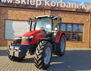 Traktor Massey Ferguson 5611 stojący na utwardzonym placu firmy Korbanek.