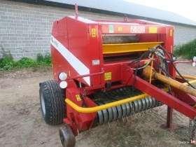 Prasa Metal Fach Z562 na tle zabudowań gospodarstwa rolnego