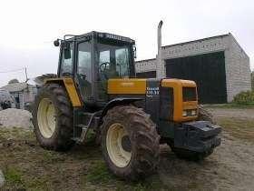 Ciągnik rolniczy Renault 155.54 w zabudowaniach gospodarstwa