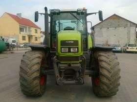 Traktor marki Claas model Ares 826 na placu